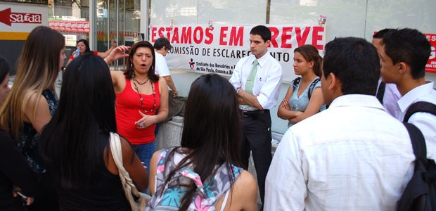 Funcionários ficam do lado de fora de agência na Avenida Paulista (Foto: Fábio Tito/G1)