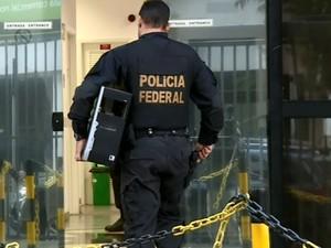 Policial federal entra na sede da instituição em Campinas (Foto: Reprodução EPTV)
