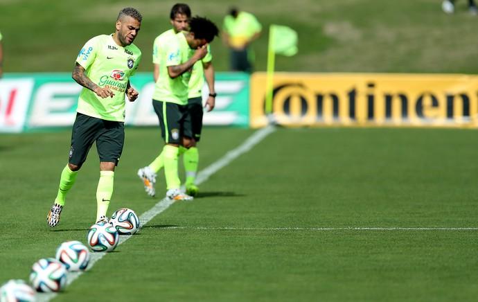 Daniel Alves treino brasil (Foto: Mowa Press)