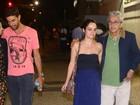 Acompanhados, Caetano Veloso e Paula Burlamaqui assistem a musical