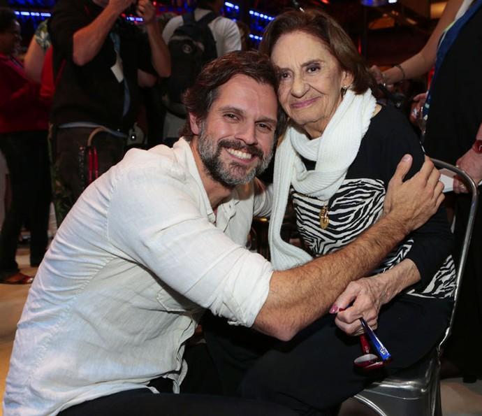 O diretor artístico da novela, Leonardo Nogueira, posa ao lado de Laura (Foto: Felipe Monteiro/Gshow)