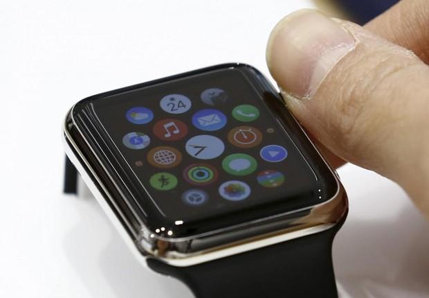 Mulher usa Apple Watch em uma loja em Tóquio (Foto: Thomas Peter/Reuters)