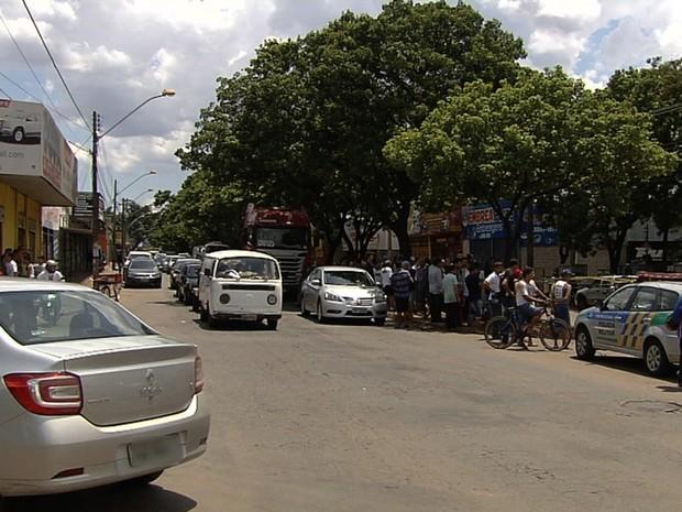 Homens foram mortos em loja onde trabalhavam em Goiânia, Goiás (Foto: Reprodução/TV Anhanguera)