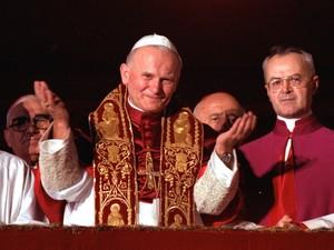 Em 22 de outubro de 1978 o Papa João Paulo II abençoa os fiéis na Praça de São Pedro depois de ser nomeado Pontífice (Foto: Arquivo/AP)