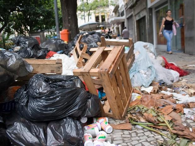 Lixo acumulado é visto em rua no centro do Rio de Janeiro após cinco dias de greve dos garis (Foto: Carol Carmo/Agência O dia/Estadão Conteúdo)