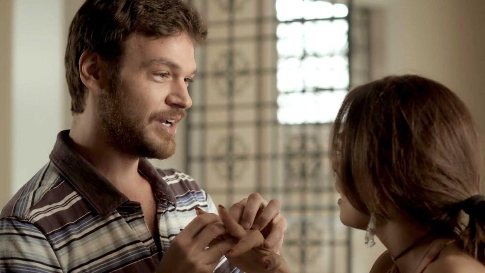 Rubinho faz uma surpresa romântica para Bibi (Foto: TV Globo)