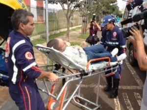 Alysson Carvalho passa mal e é levado do Gaeco para o hospital (Foto: Alberto D'Angele/ RPC TV)