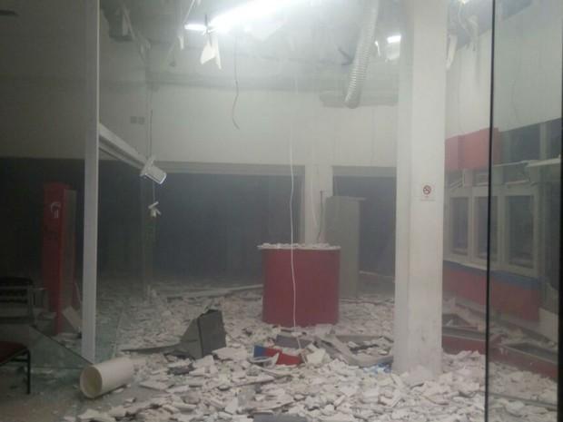 Parte do teto de uma das agências chegou a desabar após explosão (Foto: Anderson Barbosa )