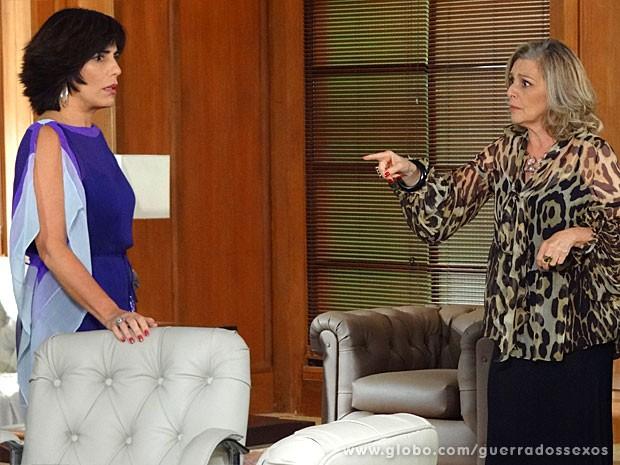 Charlô oferece seu helicóptero para Roberta ir atrás de Felipe (Foto: Guerra dos Sexos / TV Globo)