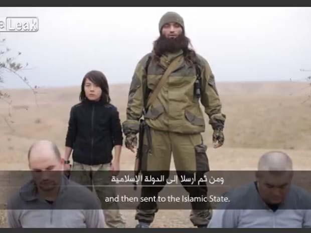 Vídeo divulgado em janeiro pelo Estado Islâmico mostra menino participando de execução de dois homens que seriam do serviço secreto russo (Foto: Reprodução/ LiveLeaks/ Legionnaire77)