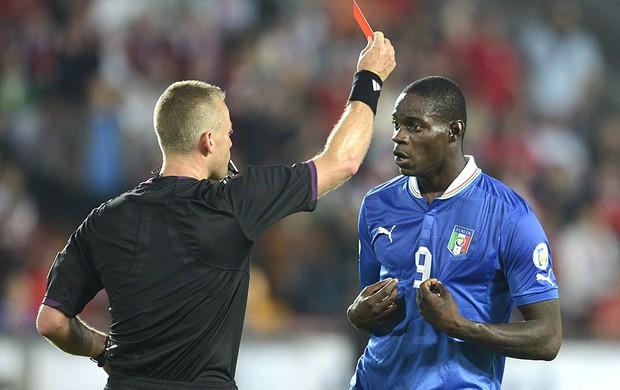 Balotelli cartão vermelho jogo Itália (Foto: EFE)