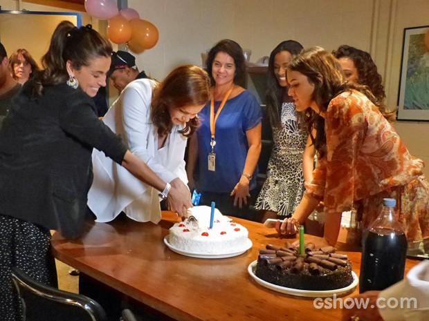 Giovanna e Julia cortam primeiro pedaço de bolo sob supervisão de Bruna (Foto: Em Família/ TV Globo)