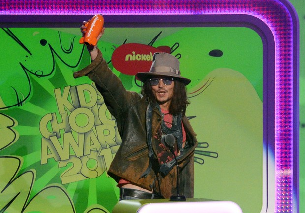 Johnny Depp recebendo o prêmio de melhor ator (Foto: REUTERS/Phil McCarten)