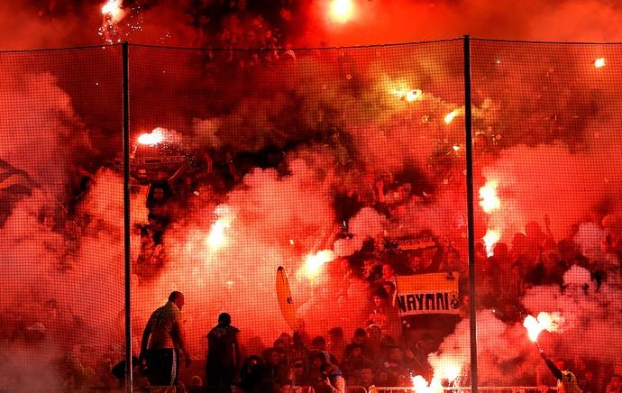 Torcida Olympiakos X AEK (Foto: Agência AP )