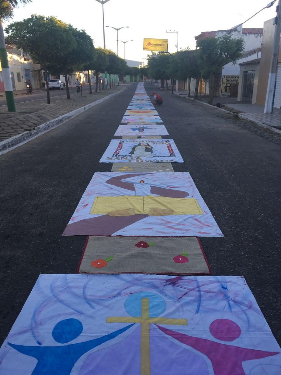 Católicos da cidade de Milhã no Ceará montam tapete de Corpus Christi de 1km