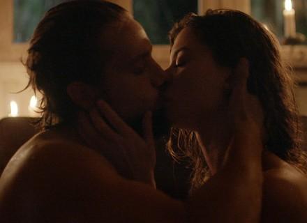 Lívia e Felipe têm primeira noite de amor
