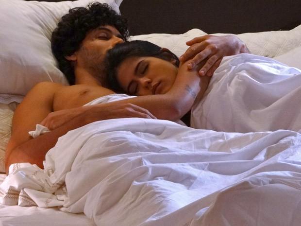 Isadora dorme agarradinha com Ronaldo (Foto: Guerra dos Sexos / TV Globo)