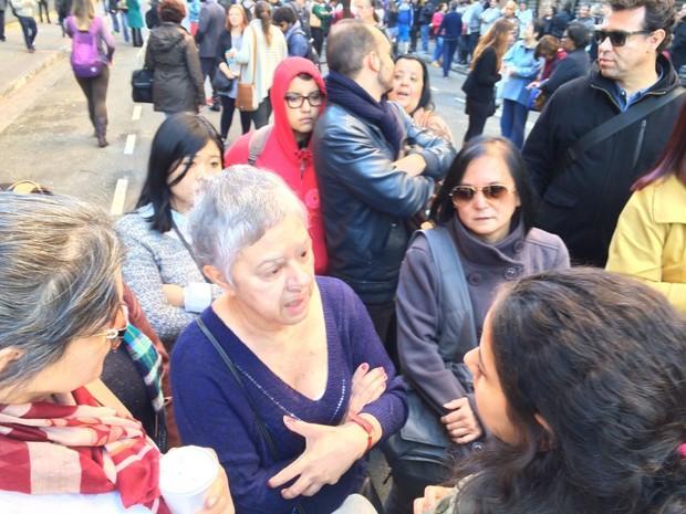 Funcionários conversam com estudantes que ocupam o Centro Paula Souza (Foto: Vivian Reis/G1)