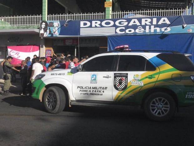 Polícia prendeu suspeitos em flagrante no bairro Parque Piauí (Foto: Katylenin França)