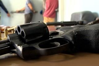 Uma das armas apreendidas pela polícia em Pelotas (Foto: Reprodução/RBS TV)