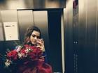 Bruna Marquezine posa com buquê de flores enorme nas mãos