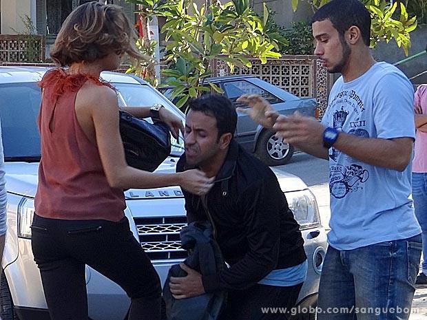 It-girl desce do salto e reage com violência (Foto: Sangue Bom / TV Globo)