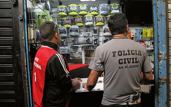 Policiais participam do segundo dia de uma megaoperação contra a pirataria no camelódromo da Uruguaiana, no Rio de Janeiro  (Foto: José lucena/Futura Press)