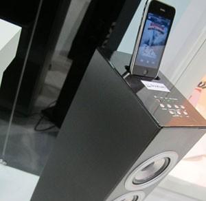 Dock para iPhone recarrega o aparelho (Foto: Gustavo Petró/G1)