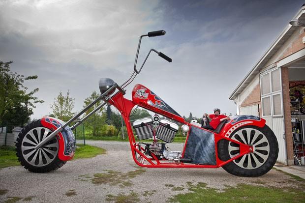 O italiano Fabio Reggiani entrou para o Guinness ao construir uma moto de 5,1 metros de altura e 5 mil kg (Foto: Guinness World Records/AFP)