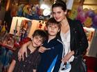 Isabeli Fontana leva os filhos a espetáculo em São Paulo