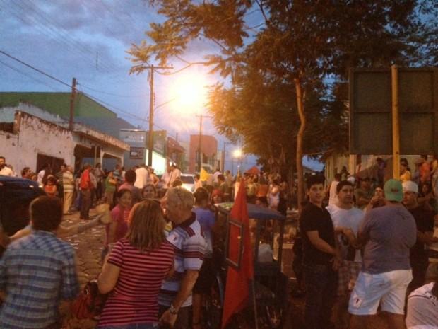 Partidários tomam as ruas de Coronel Macedo para comemorar resultado da eleição. (Foto: Jéssica Pimentel / G1)