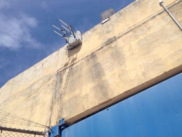 Antenas estão instaladas na muralha do presídio (Foto: Pedro Mathias/G1)