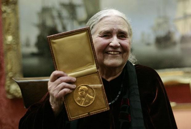 Foto de 2008 mostra Doris Lessing com a insígnia do Nobel que ganhou em 2008 (Foto: SHAUN CURRY / AFP)