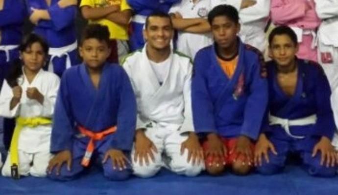 Atletas e o professor Eduardo Carneiro (ao centro) (Foto: Arquivo Pessoal)