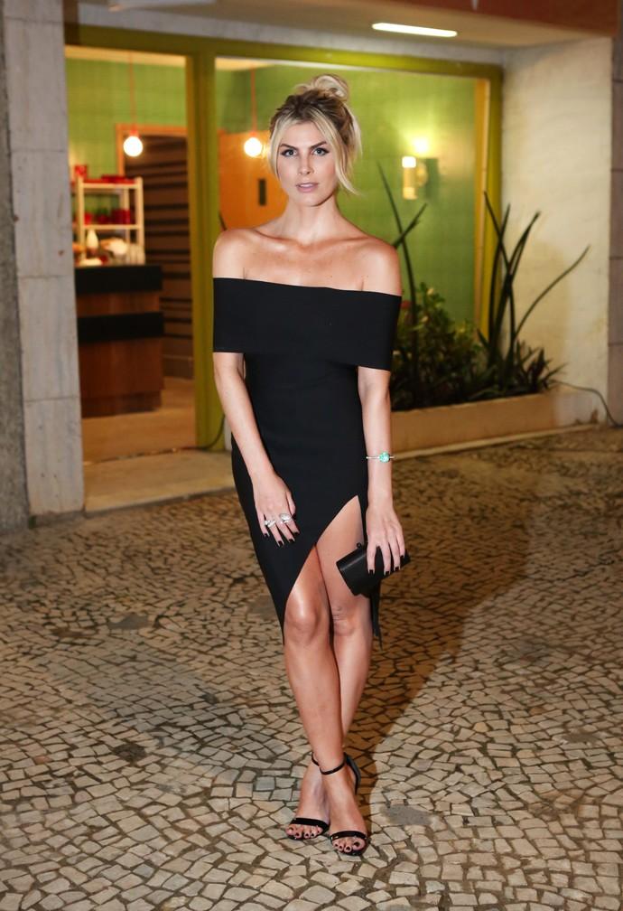 Julia Faria apostou no pretinho quase básico e investiu em um vestido com corte assimétrico (Foto: Fabiano Battaglin / Gshow)