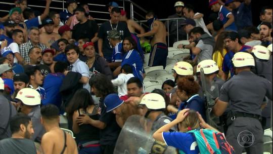 """Após briga na Arena, chilenos reclamam da polícia: """"Nos apontaram pistolas"""""""