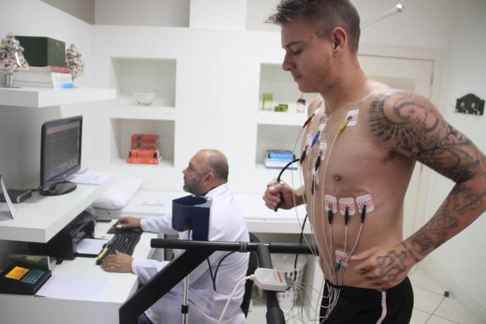 Roger Guedes Criciúma atacante avaliação médica (Foto: Fernando Ribeiro / Criciúma EC)