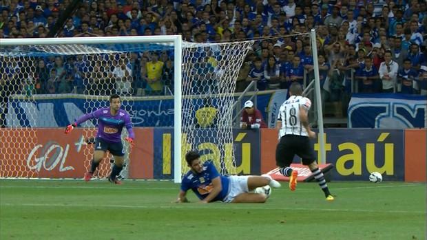 Zagueiro Léo errou o bote no gol do Corinthians (Foto: Reprodução/Sportv)
