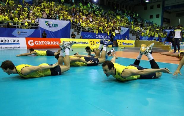 Jogadores da seleção brasileira de vôlei comemoram título Sul-Americano com peixinho (Foto: Divulgação/CBV)