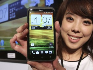 Novo smartphone da HTC tem tela de 4,7 polegadas e roda última versão do Android (Foto: Chiang Ying-ying/AP)