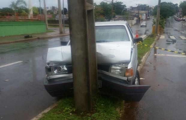 Idoso morre após sofrer mal súbito e bater carro em poste, diz polícia em Goiás (Foto: Divulgação/Polícia Civil)