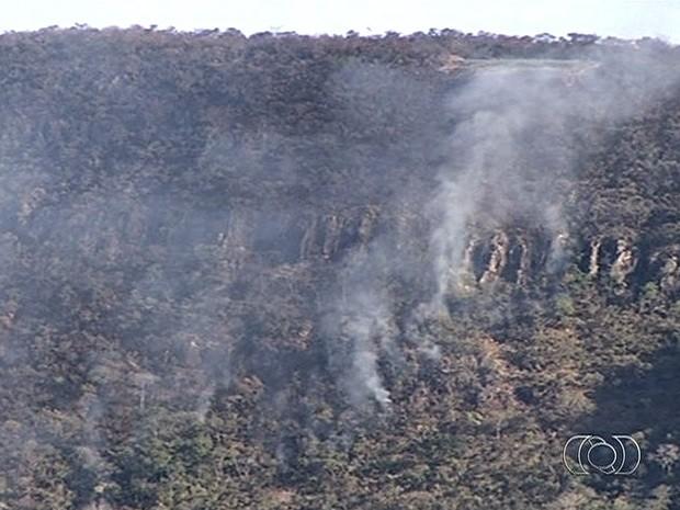 Incêndio atinge área de preservação ambiental na Serra de Jaraguá, em Goiás (Foto: Reprodução/TV Anhanguera)