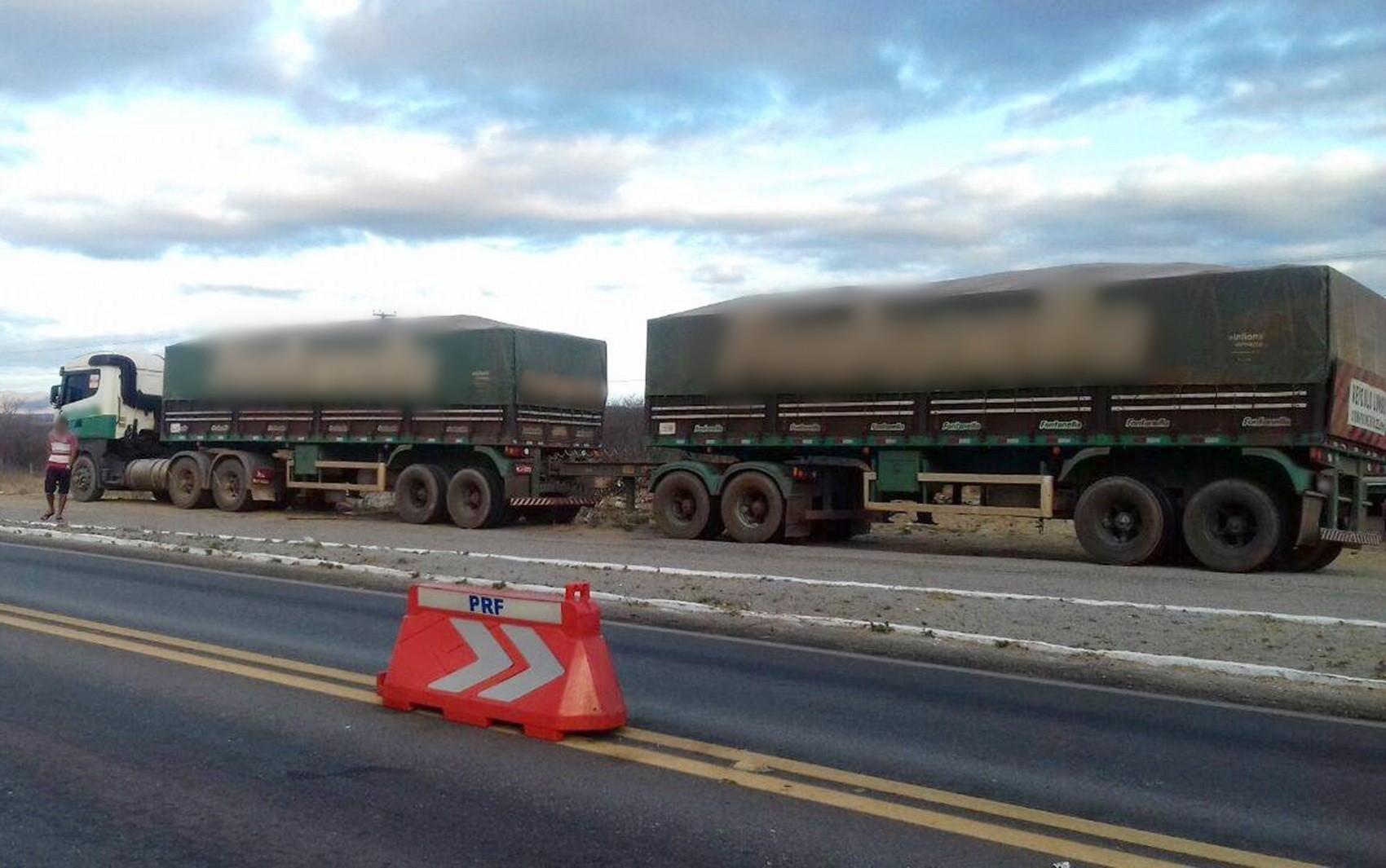 Caminhão ficou recolhido pela PRF após motoristas ser flagrado no teste do etilômetro na BR-230 (Foto: Reprodução/facebook.com/PRF-Paraíba)