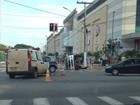 Colisão envolvendo ambulância e caminhonete fere dois, em Goiânia