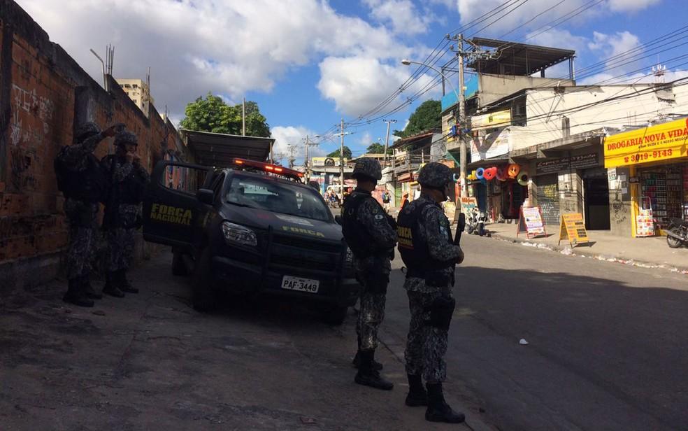 Agentes da Força Nacional em um dos acessos do conjunto de favelas do Chapadão (Foto: Alba Valéria Mendonça / G1)
