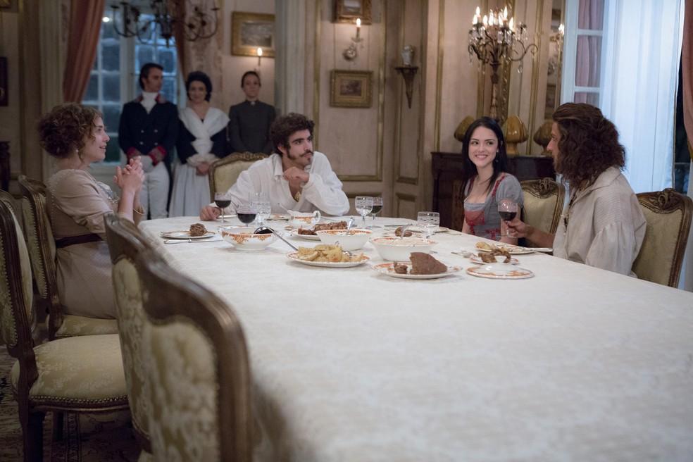 Tudo vai bem, e os dois casais conversam felizes à mesa (Foto: Ellen Soares/Gshow)