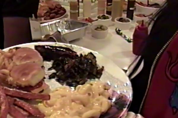 A foto do prato de Kylie Jenner com dois hambúrgueres durante sua gravidez (Foto: Divulgação)