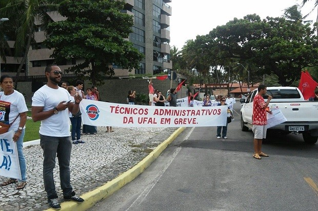 Técnicos Administrativos da Ufal se mobilizam na Jatiúca (Foto: Lucas Leite/G1)