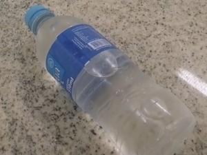 Alternativa da escola foi comprar garrafas de água mineral  (Foto: Reprodução / TV TEM)
