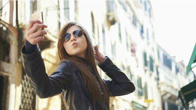 Selfie: estudos mostram que pessoas gastam 16 minutos e sete tentativas para chegarem à 'selfie perfeita'  (Foto: SPL/BBC)